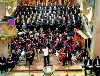 Mit ihrer ganzen instrumentalen und stimmlichen Bandbreite erfüllte die Kantorei die Stadtkirche.